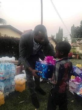 Igor Biwole lors d'un don au CAED en Décembre 2018 (c) Igor Biwole