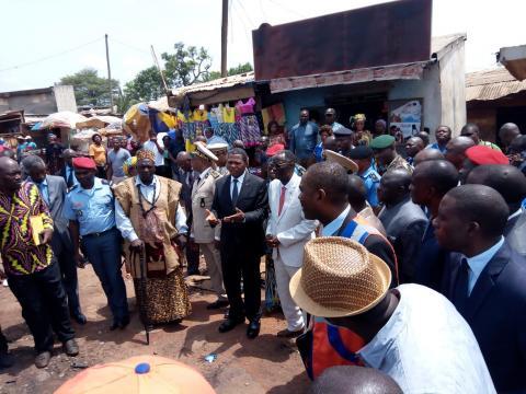 Le Minat Mr Paul Atanga Nji sur les lieux du sinistre (c) Cedric Bimale