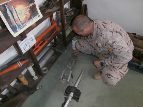 Un miembro de la unidad expone uno de los artefactos desactivados por la UBMCM