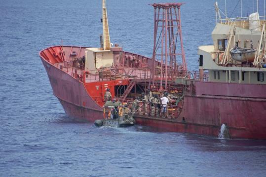 Abordaje. Los infantes de marina acceden al barco secuestrado y se encuentran con el capitán que les relata lo ocurrido