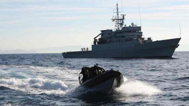 Una de las RHIB parte a su objetivo, cada barco lleva al menos dos de estas lanchas para abordajes y otras tareas