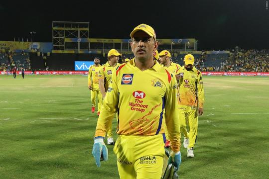 IPL 2018: Watch - MS Dhoni's Fan Breaches Security to Touch His Feet - cricketaddictor.com