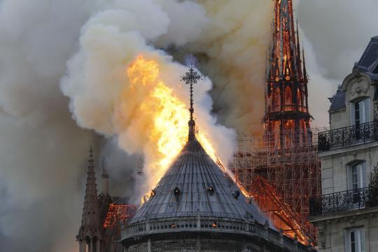 Davanti alle fiamme di Notre Dame - rivistastudio.com