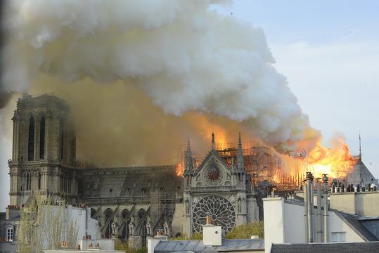 Notre Dame in fiamme, il rogo che devasta la cattedrale