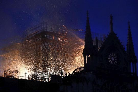 Parigi, grosso incendio devasta Notre-Dame: crollati il tetto e la ... - mediaset.it