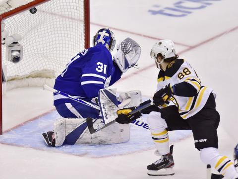 La serie entre Leafs y Bruins, se podría ir a 7 juegos. www.apnews.com