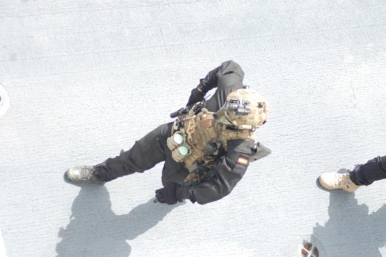 Miembro de la Fuerza de Guerra Naval Especial, FUGNE, plenamente equipado en un ejercicio reciente