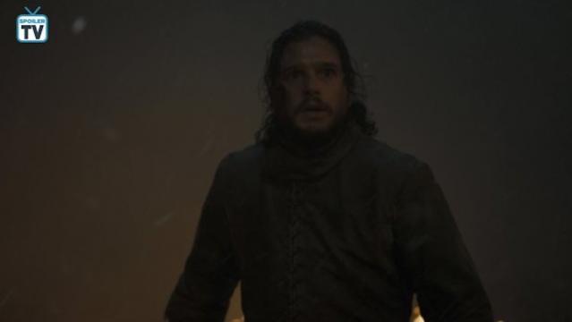 Jon con sguardo terrorizzato, circondato da fumo e fiamme