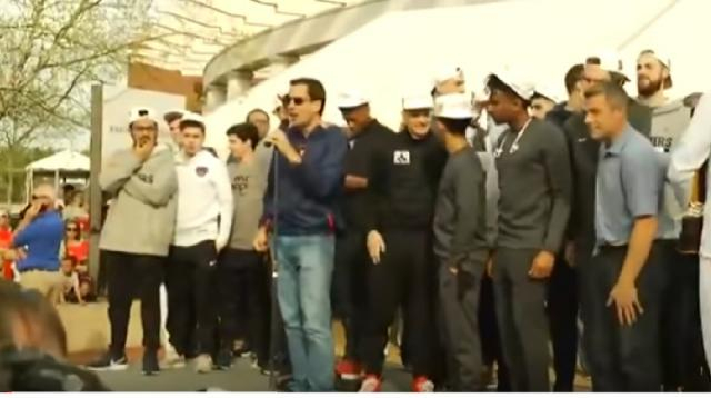 Virginia basketball team returns to Charlottesville. [Image source/WSLS 10 YouTube video]