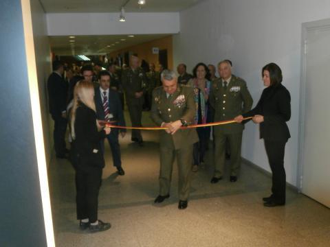 El JEME corta la cinta que inaugura la exposición