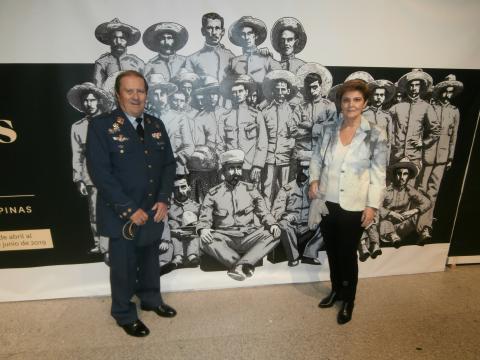 El popularmente televisivo coronel Fernando Camara, nieto de Martín Cerezo posa con su familia junto a la imagen de su abuelo