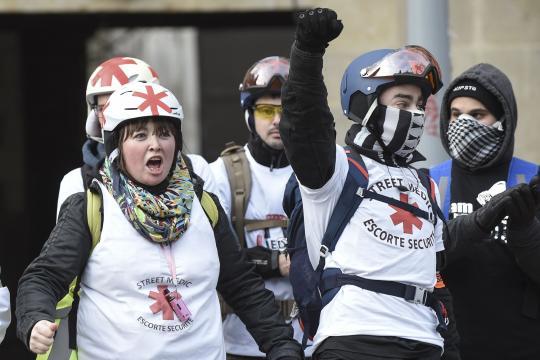 Apolitiques ou anarchistes, les «street medics» portent secours
