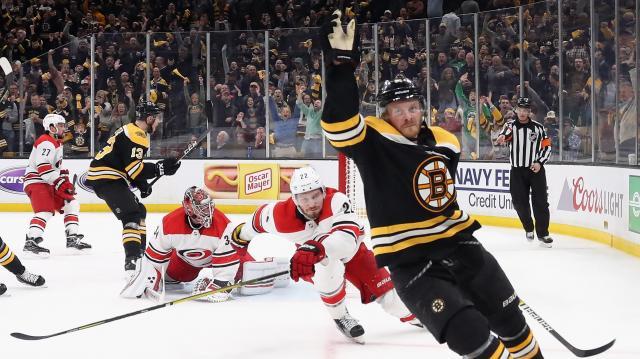Los Bruins ganaron el juego 1 aprovechando las penalidades de Carolina. www.nbcsports.com