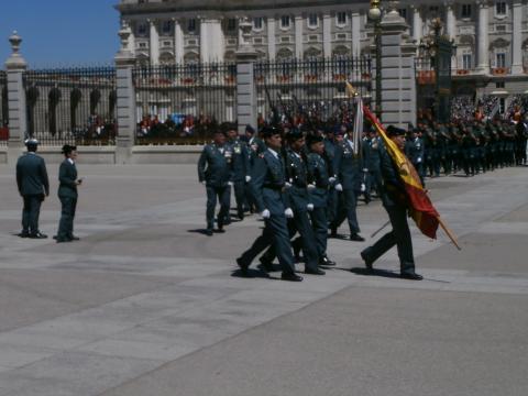 La bandera parte con su escolta para la celebración del desfile