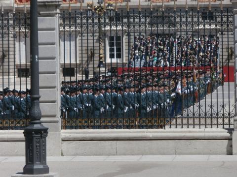 Los guardias formados en le patio de armas durante la parada