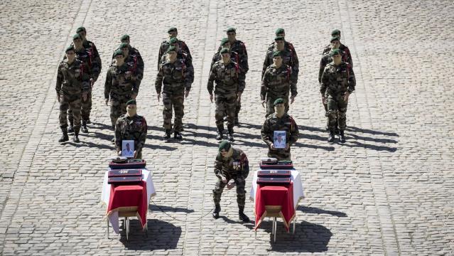 Face aux Invalides, la foule salue la mémoire des militaires morts ... - lefigaro.fr