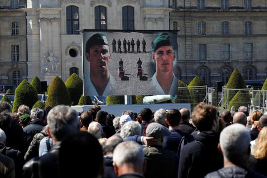 Face aux Invalides, la foule salue la mémoire des militaires morts
