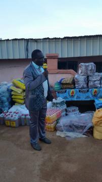 Achille Atanga lors de la distribution des pagnes du parti de Yaoundé 2 (c) Odile Pahai