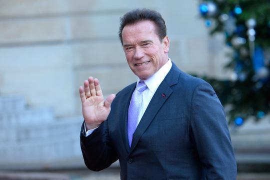 Arnold Schwarzenegger colpito alle spalle durante un evento.