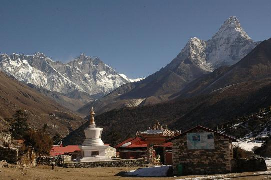 Mt.Everest, Nupche, Loche & Amadablem from the Thyanboche. [Image source/Pitambergrg Wikimedia Commons]