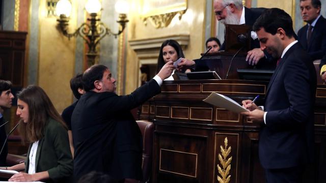 Oriol Junqueras, en el Hemiciclo, junto con el miembro de edad en la Mesa del Congreso.
