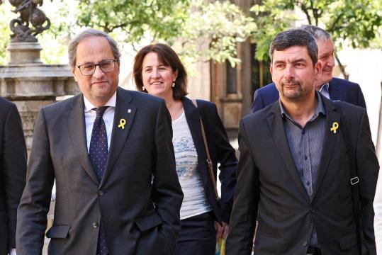 Quim Torra con otros altos cargos de la Generalitar, luciendo los símbolos de apoyo a los políticos presos por el 1-Oct