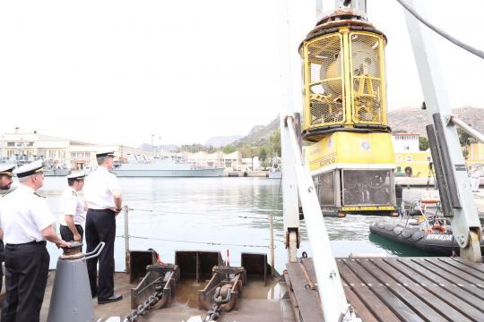 El Rey observa el despliegue de un robot de rescate submarino ROV
