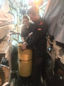 Fase PODEX una pareja de marinos prepara un POD para abastecer al sumergible siniestrado