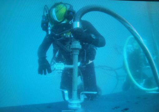 Fase VENTEX. Mediante tuberias se suministra oxigeno a los tripulantes del submarino siniestrado