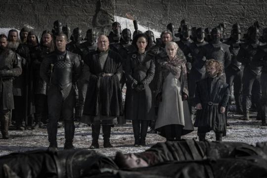 Daenerys e la sua corte rendono omaggio ai caduti