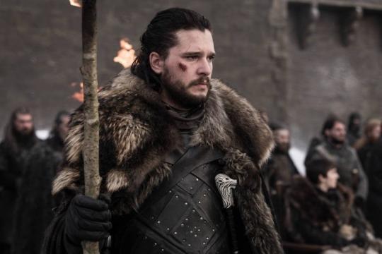 Jon Snow osserva i morti con uno sguardo molto preoccupato