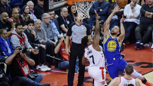 Stephen Curry tuvo 34 unidades para los bicampeones Warriors, pero no fue suficiente. www.nbcsports.com