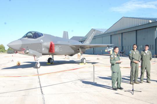El coronel jefe del TLP y los pilotos estadounidenses atienden a los medios de comunicación.