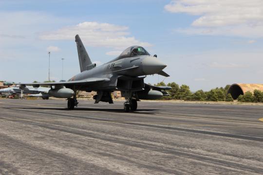 Eurofighter español rodando por la pista de despegue para iniciar un vuelo.