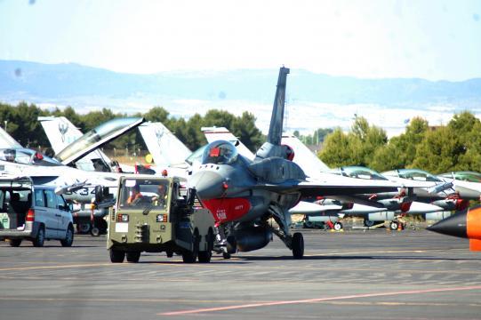 Un F-16 polaco es transportado a una inspección prevuelo.