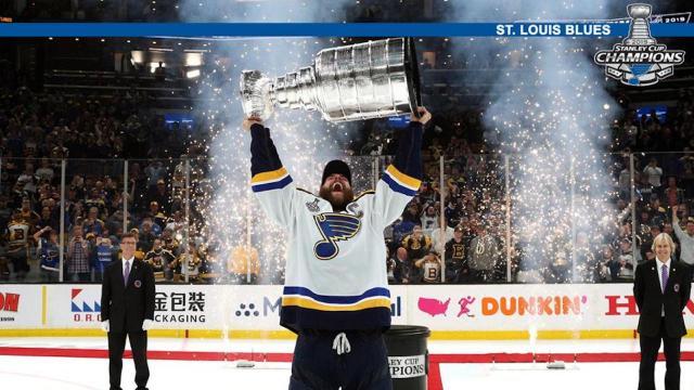 Alec Pietrangelo fue el que levantó la Stanley Cup. - nhl.com.