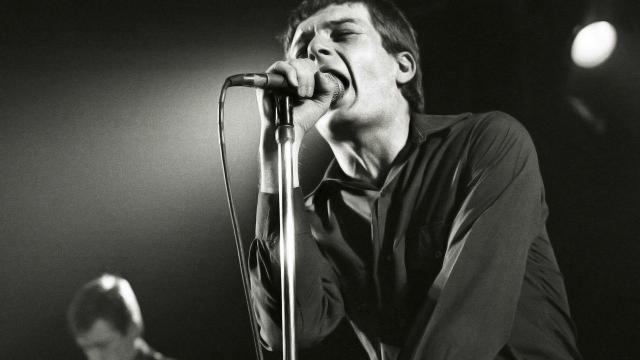 Il cantante Ian Curtis in una foto d'epoca.