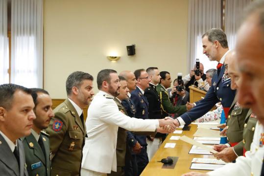 El Rey felicita a los diplomados antes de entregarles sus respectivos diplomas