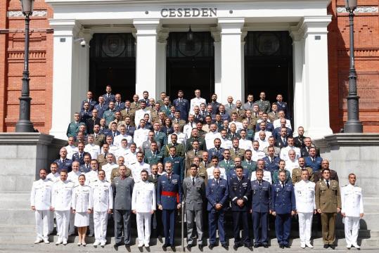 El Rey posa con los alumnos Diplomados de Estado Mayor, DEM, la mayoría llegará a general