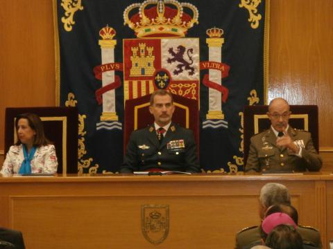 El Rey preside el acto junto a la ministra y el JEMAD