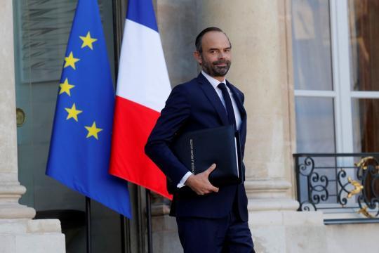 Emmanuel Macron décore Édouard Philippe - parismatch.com