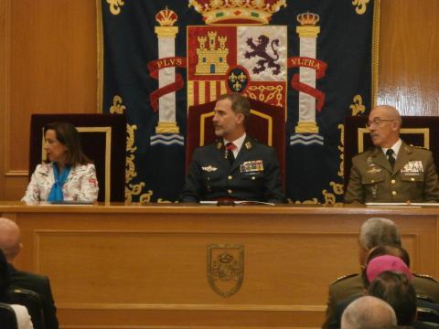 Junta ministra y JEMAD el Rey atiende a los discursos