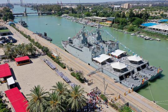 El calado del Guadalquivir permitió la exhibición de unidades navales en el DIFAS.