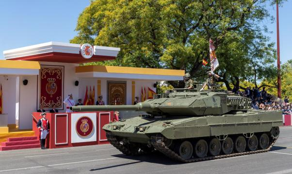 El carro Leopardo de la fuerza mecanizada saluda al pasar ante el Rey.
