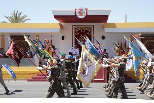 Los estandartes de las unidades participantes se inclinan ante la Tribuna Real.