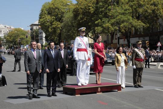 Los Reyes y las primeras autoridades locales, autonómicas y del Ministerio de Defensa, al inicio de los actos.