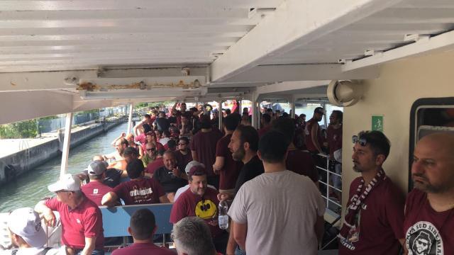 I tifosi della Salernitana che tramite traghetto stanno raggiungendo lo Stadio Penzo