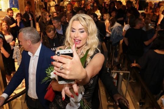 Valeria Marini proporrà la sua hit 'Me Gusta' nel locale Amnesia di Ibiza