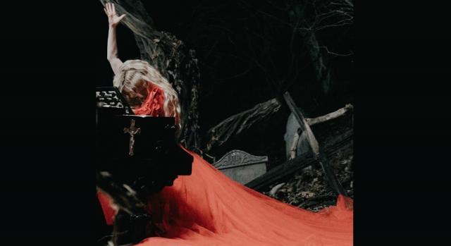 Avril Lavigne in una scena del videoclip ufficiale del nuovo singolo 'I Fell in Love With The Devil'.