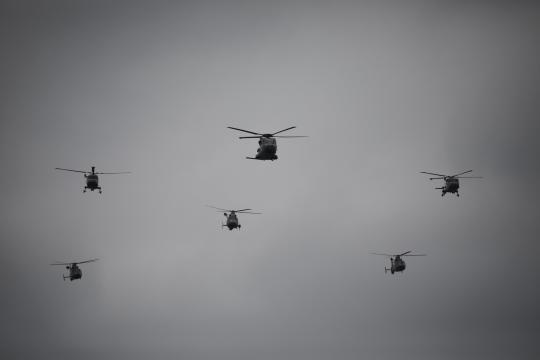 Desfile de helicópteros entre los que se encuentran